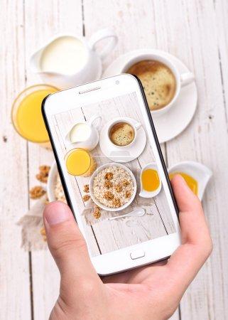 Photo pour Mains prenant photo petit déjeuner avec le smartphone. Instagram. - image libre de droit
