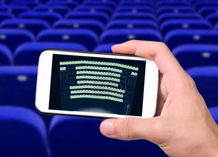 Photo pour Réservation de billets pour le cinéma via un téléphone portable . - image libre de droit