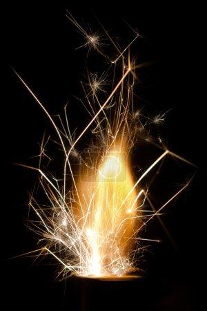 Photo pour Flamme, étincelles et éclair du briquet. Gros plan. Isolement - image libre de droit