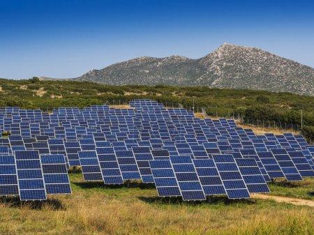 Foto de Paneles solares en el campo orientados al mejor ángulo - Imagen libre de derechos