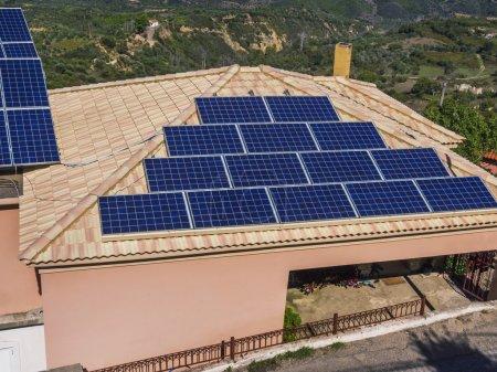 Foto de Paneles solares en el techo de la casa utilizados para suministrar electricidad para electrodomésticos - Imagen libre de derechos