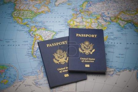 Photo pour Passeports sur une carte du monde avec une profondeur de champ limitée - image libre de droit