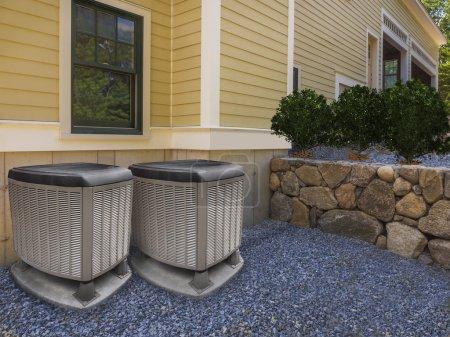 Photo pour Unités de chauffage et climatisation à l'extérieur d'une grande maison d'habitation - image libre de droit