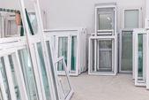 Satz von Pvc-Fenstern in einer Fabrik Interrior