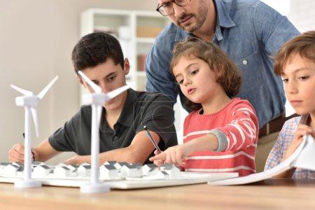 Foto de Alumnos de la escuela primaria aprendiendo sobre energía renovable - Imagen libre de derechos