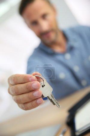 Photo pour Agent immobilier remettant les clefs à la propriétaire - image libre de droit