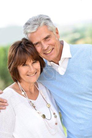 Photo pour Couple mature s'embrassant à l'extérieur - image libre de droit