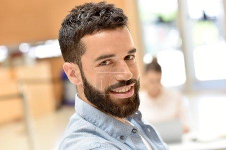 Photo pour Portrait d'homme d'affaires branché souriant dans la salle de réunion - image libre de droit