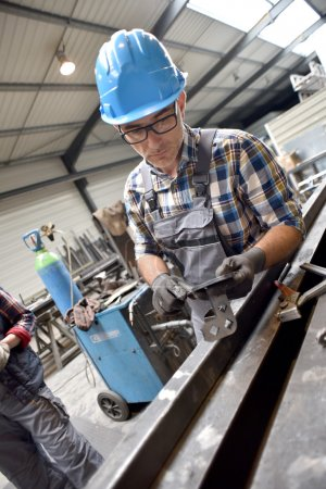Photo pour Ingénieur projet en fabrication de métallurgie - image libre de droit