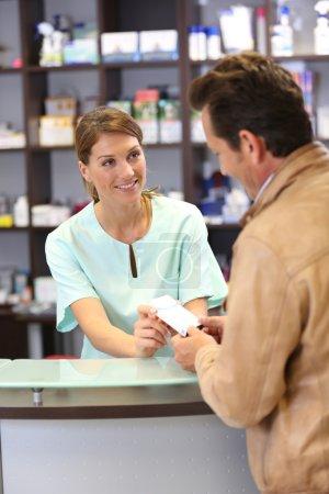 Photo pour Pharmacien donnant des conseils au client sur les médicaments - image libre de droit