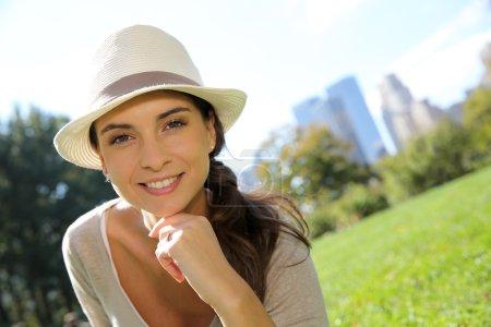 Photo pour Portrait de fille branchée avec chapeau à Central Park - image libre de droit