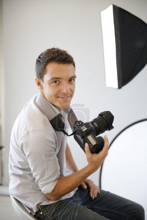 Photo pour Photographe en studio avec équipement d'éclairage - image libre de droit