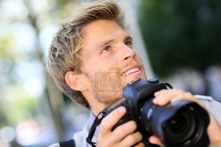 Photo pour Photographe, tir à l'extérieur avec appareil photo numérique - image libre de droit