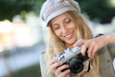 Photo pour Portrait de jeune femme avec caméra - image libre de droit