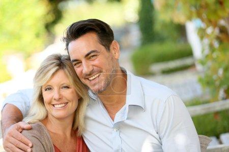Photo pour Portrait de couple mature aimant relaxant sur banc - image libre de droit