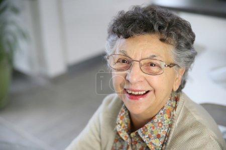 Photo pour Portrait de femme âgée souriante avec des lunettes - image libre de droit