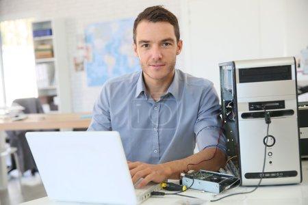 Photo pour Ingénieur homme procéder à la récupération de données de l'ordinateur - image libre de droit
