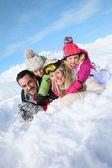 Rodina stanoví ve sněhu