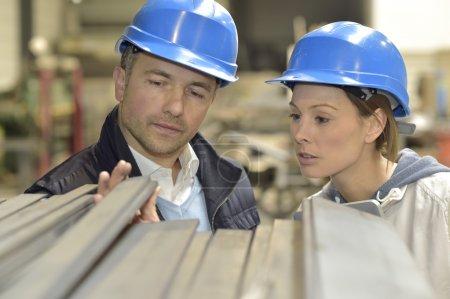 Photo pour Fournisseur avec l'ingénieur contrôle sur la production en usine - image libre de droit
