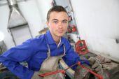 Muž školení práce na ocel