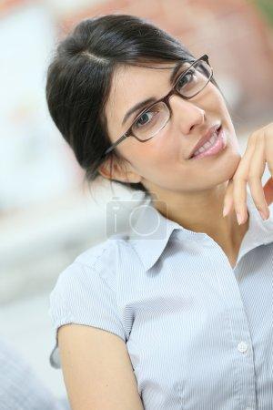 Photo pour Portrait de belle jeune femme avec des lunettes sur - image libre de droit