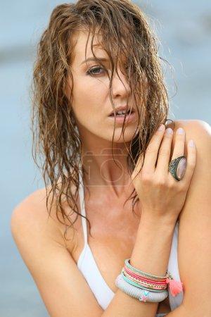 Photo pour Femme en bikini avec cheveux mouillés, beauté de la mode - image libre de droit