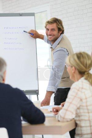 Photo pour Instructeur d'affaires menant la réunion avec le groupe de formation supérieurs - image libre de droit