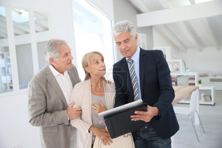 couple with  agent visiting house for sale