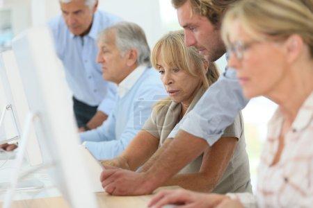 Photo pour Groupe de personnes aînées, assister à des cours informatiques - image libre de droit
