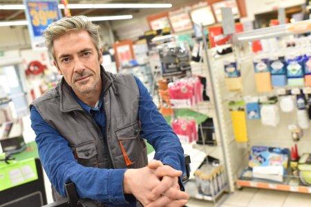 Foto de Primer plano del comerciante de pie en el almacén - Imagen libre de derechos