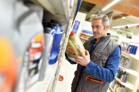 Foto de Merchandiser comprobar el producto en la tienda de automóviles - Imagen libre de derechos