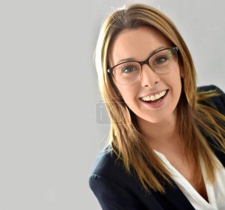 Photo pour Gros plan de belle femme portant des lunettes, isolée - image libre de droit