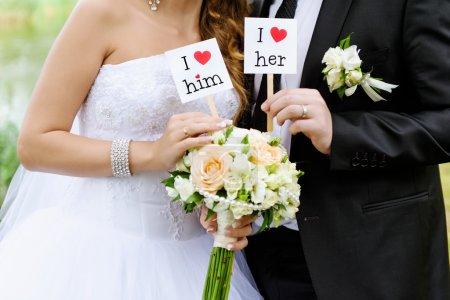 Photo pour Couple montrer carte avec texte Je l'aime et je l'aime - image libre de droit