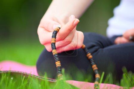 Photo pour Gros plan du chapelet féminin - concept de méditation . - image libre de droit