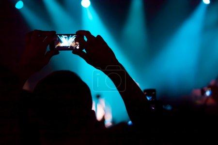 Photo pour Personnes au concert de prise de vue vidéo ou photo. - image libre de droit