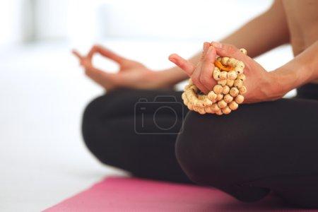 Photo pour Jeune belle femme méditant dans la pose de lotus . - image libre de droit