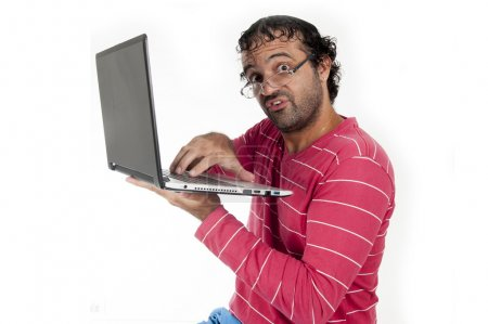Photo pour Homme laid chic avec des lunettes à l'aide d'un ordinateur portable - image libre de droit
