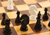 černobílé šachy na šachovnici