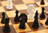 černé a bílé šachové figurky na šachovnici