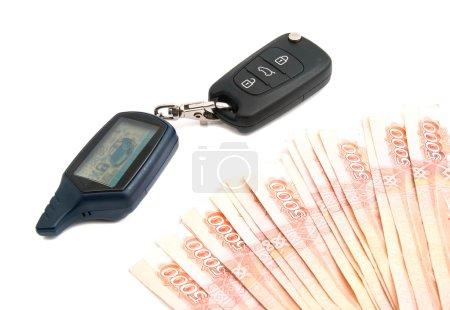 Photo pour Roubles billets de banque et alarme de voiture sur blanc - image libre de droit