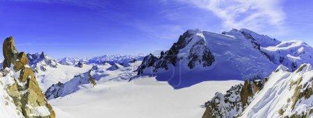 Photo pour Mont Blanc et Chamonix, vue de l'Aiguille du Midi - image libre de droit