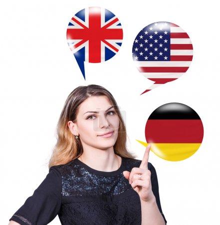 Foto de Joven mujer rodeada de burbujas con banderas de diferentes países. Aprendizaje del concepto de lenguas extranjeras. - Imagen libre de derechos