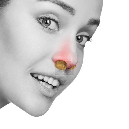 Photo pour Jeune femme avec pression sinusale et bosse dans le nez isolé sur blanc - image libre de droit