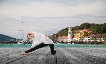 jeune femme faisant de l'exercice de yoga