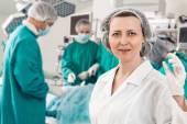 Anesteziolog se stříkačkou a chirurgie hemžit