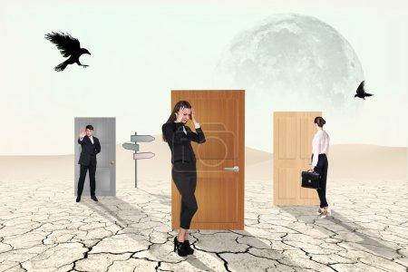 Photo pour Gens d'affaires en passant par la porte de désert - image libre de droit