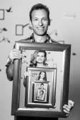 Šťastný otec drží portrét s rodinou