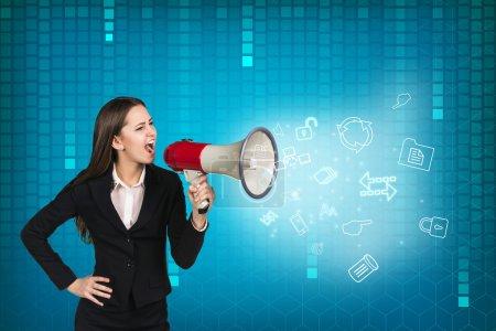 Photo pour Femme d'affaires avec mégaphone hurlant et criant sur fond bleu foncé - image libre de droit