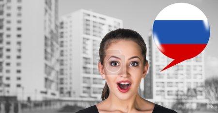 Foto de Mujer y burbuja con bandera americana. Aprendizaje del concepto de lenguas extranjeras. - Imagen libre de derechos