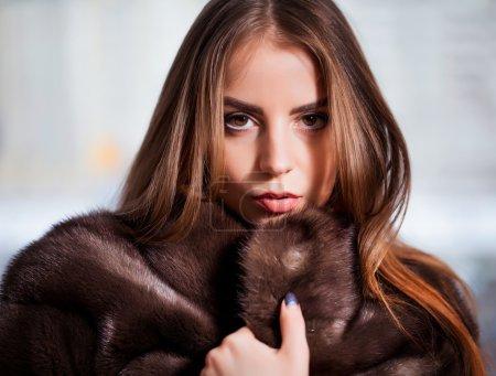 Photo pour Mode beauté d'hiver en manteau de fourrure sur noir - image libre de droit